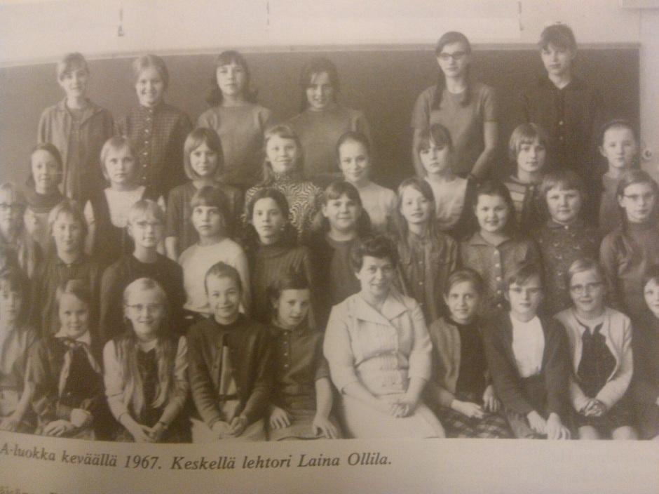 Aikakauden luokkakuvasta näkee aikalaisten nuorten pukeutumistyyliä 1960-luvun koulussa.