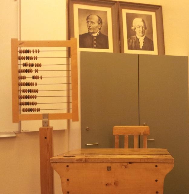 Vanhoja opetusvälineitä nyky-Myllytullin luokassa