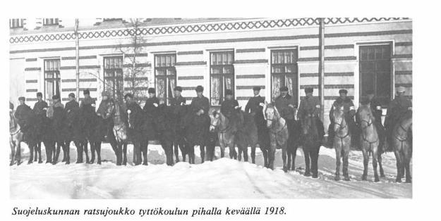 Isäni ja Veljeni suojeluskunnan riveissä valmiina taisteluun Oulun tyttökoulun pihalla keväällä 1918.