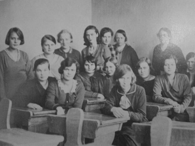 Luokkakuvista näkee, kuinka paljon poikien tulo vaikutti Tipalan sääntöihin. Tipalan aikaisessa luokkakuvassa tytöillä on kaikilla mekot päällä ja vakavat ilmeet, kun taas poikien tulon jälkeisessä kuvassa oppilaat hymyilevät, ja he ovat pukeutuneet vapaammin.