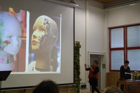 Kuvataideopettajat Marju ja Johanna esittelemässä aikaisempia yhteistyöprojekteja